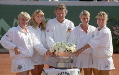 Die Fed-Cup-Siegerinnen 1992 (l-r): Barbara Rittner, Steffi Graf, Anke Huber, Sabine Hack (wurde im Finale nicht eingesetzt) - mit Teamkapitän Klaus Hofsäss. - Fotovermerk: picture alliance