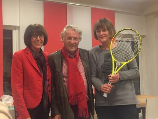 Frau Sundmaker gewinnt einen Tennisschläger, daneben Glücksfee Marlo Thompson und MPTC Präsident Uli Offenberg