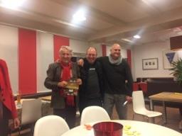 """Armin Reindl gewinnt den Tombola-Hauptptreis """"Tennishotel Baumgartner in Waging am See"""" und schenkt diesen Christian Saur."""